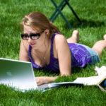 vrouw, gras, laptop